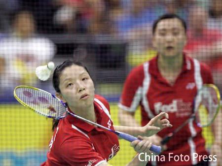 图文:2008奥运希望之星羽毛球女双 网前放小球