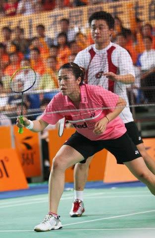 图文:2008奥运希望之星羽毛球混双 准备发球