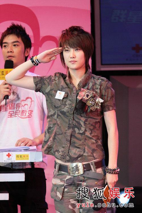 图:刘力扬代表快男13强捐出拍卖善款并献唱-4