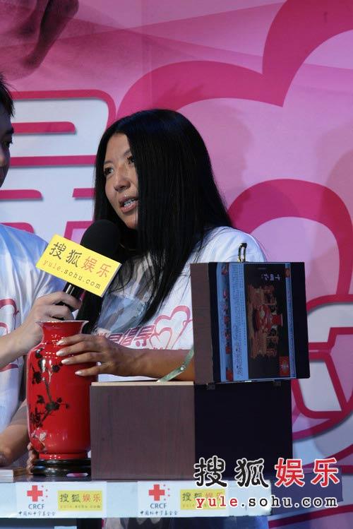 图:杨二车娜姆捐花瓶 现场高呼陈楚生-5