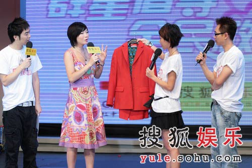 图:歌星叶蓓捐出红色礼服 献唱《花儿》-5