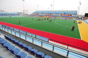中国女子曲棍球队正在曲棍球场训练。本报记者 范继文 摄