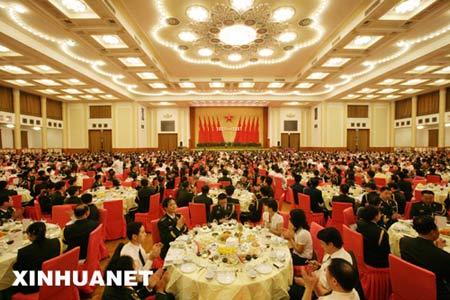 7月31日晚,中华人民共和国国防部在北京人民大会堂举行盛大招待会,热烈庆祝中国人民解放军建军80周年。 新华社记者王建民摄
