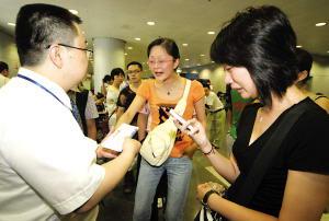 两位带着20名小学生来京的老师哭着求助工作人员。本报实习生夏永摄