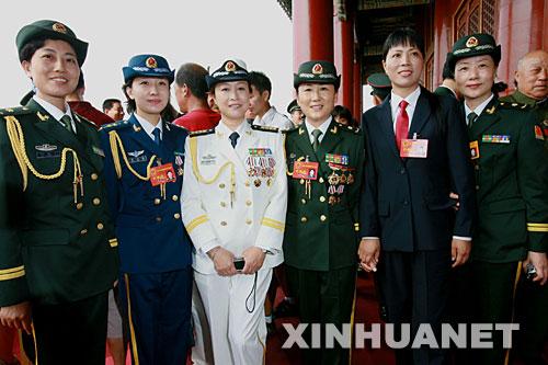 """军英雄模范代表大会""""的女代表在北京天安门城楼上合影.-全军英模图片"""