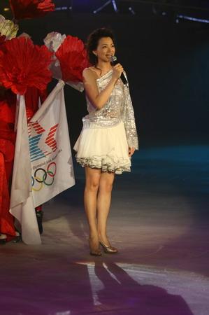 图文:《为奥运加油》冰舞晚会 晚会主持人董卿