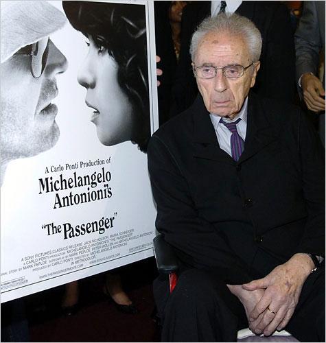 图:安东尼奥尼和他的电影海报合影