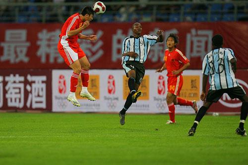 图文:[四国赛]国奥2-0博茨瓦纳 姜宁头球摆渡