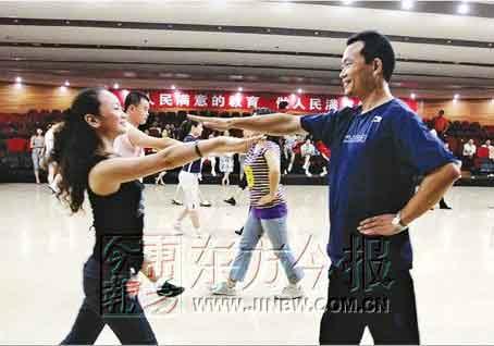 昨天上午,在省实验中学排练厅,70多个体育和舞蹈老师正在紧张学习全国第一套校园集体舞。