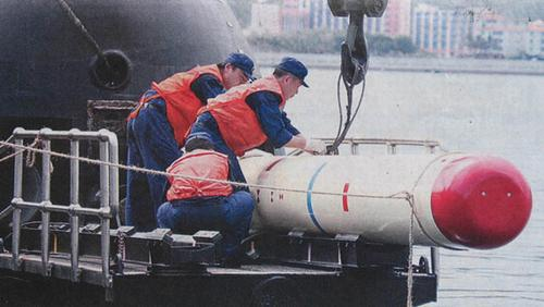 中国海军潜艇装填新型潜射导弹