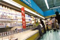 酸奶 促销/图为正在进行乳品促销的物美超市。小图为印着酸奶惊爆价的促销...