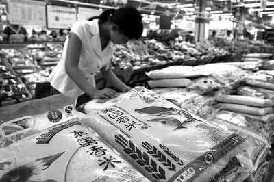 消费者在超市选购大米 商报记者吴波/摄