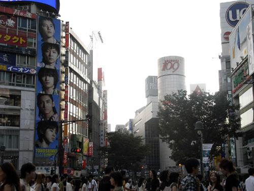 东方神起巨幅海报挂满东京市中心