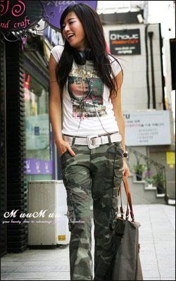 嘻皮士紧身T-shirt搭配迷彩裤,动感十足。