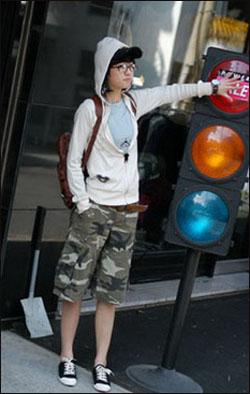 可爱帽山搭配迷彩裤,中性气质中保留学生味道。