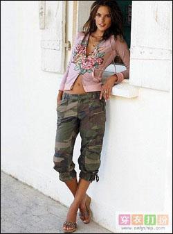 女人味十足的上衣搭配迷彩裤,。辛辣与甜美的结合。
