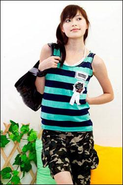 宽条纹T恤搭配迷彩裤,将中性的韵味融入女孩娇俏柔美之中。