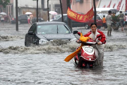 行人洪水中艰难行进
