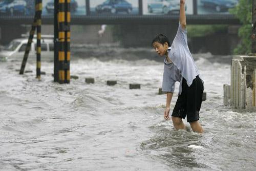 一位男子在冒险过河