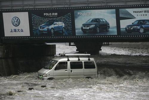 一辆面包车被大水冲进河中