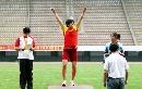 图文:全国田径锦标赛首金 冠军登上领奖台