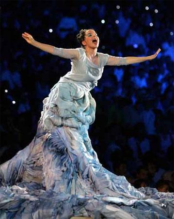 冰岛歌手比约克(Bjork)在开幕式上演唱