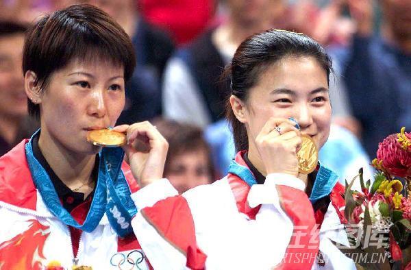 组图:2000年现役奥运冠军 王楠李菊合影