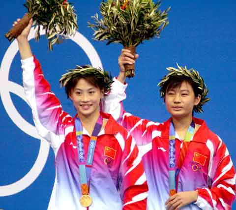 图文:2004年现役奥运冠军 劳丽诗和李婷轻松夺冠