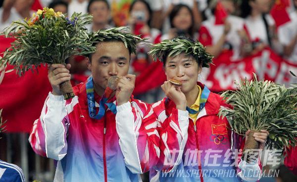 图文:2004年现役奥运冠军 张俊高��卫冕