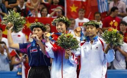 图文:2004年现役奥运冠军 张怡宁展示金牌
