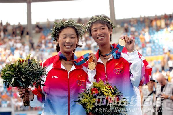 图文:2004年现役奥运冠军 李婷孙甜甜展示奖杯