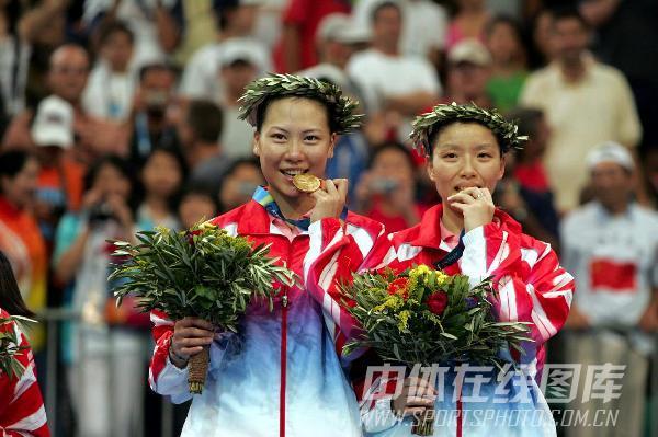 图文:2004年现役奥运冠军 杨维张洁雯合影