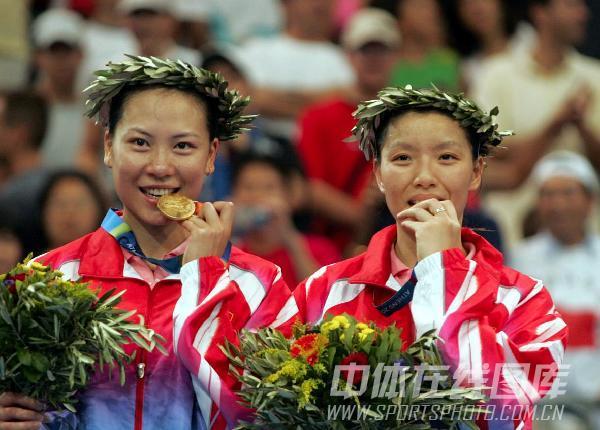 2004年现役奥运冠军 杨维张洁雯领奖