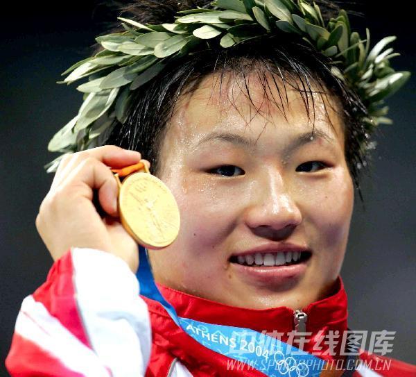 图文:2004年现役奥运冠军 王旭领奖台上