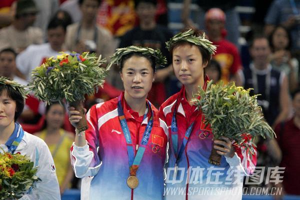 图文:2004年现役奥运冠军 王楠张怡宁合影