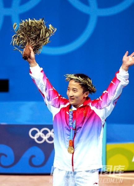 图文:2004年现役奥运冠军 石智勇在领奖台上