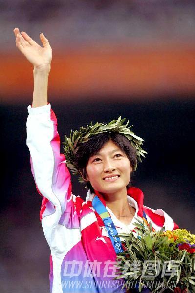 图文:2004年现役奥运冠军 邢慧娜领奖台上