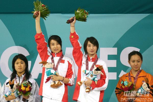 图文:2004年现役奥运冠军 郭晶晶李婷亚运会夺冠