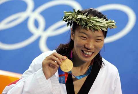 图文:2004年现役奥运冠军 陈中手举金牌