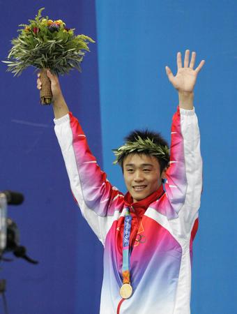 图文:2004年现役奥运冠军 领奖台上的胡佳