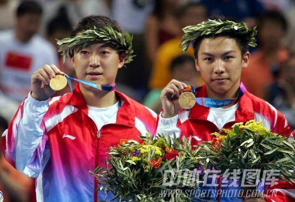 图文:2004年现役奥运冠军 马琳陈�^展示金牌