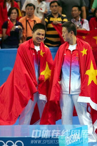 图文:2004年现役奥运冠军 马琳陈�^身披国旗