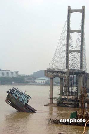 六月十五日凌晨五时,广东三二五国道九江大桥被一艘运砂船拦腰撞断,大桥中段约一百六十米完全塌陷到江中 。 中新社发 梁永强摄