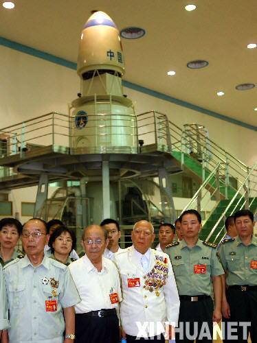8月2日,出席全军英雄模范代表大会的代表来到北京航天城参观,亲身感受我国在航天领域取得的巨大成就。 新华社记者 李明放 摄