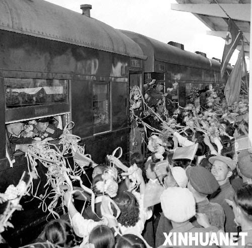 这是吕厚民同志1958年10月25日拍摄的中国人民志愿军总部全体官兵撤离朝鲜时,在平壤车站受到热烈欢送的情景。新华社发