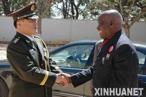 8月1日,中国驻赞比亚武官王志勇(左)在首都卢萨卡欢迎赞比亚前总统卡翁达出席建军80周年招待会。当日,中国驻赞比亚使馆举行盛大招待会,庆祝中国人民解放军建军80周年。 新华社记者刘金海摄