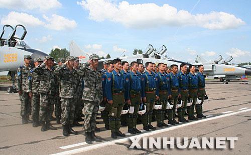 """8月2日,参加""""和平使命-2007""""联合反恐军演的部分中国官兵抵达俄罗斯沙戈尔机场后列队。 新华社记者 单之旭 摄"""
