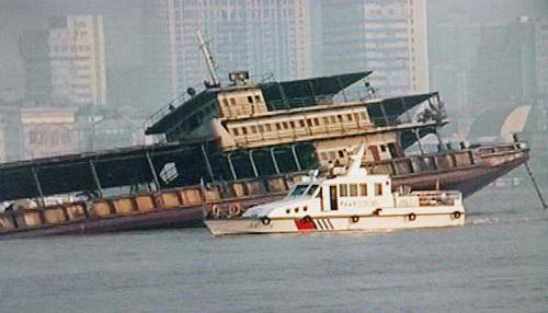 宁波地区寻找失踪人口-艇在沉船前搜寻失踪者-武汉长江水域运砂船翻沉 数名人员落水