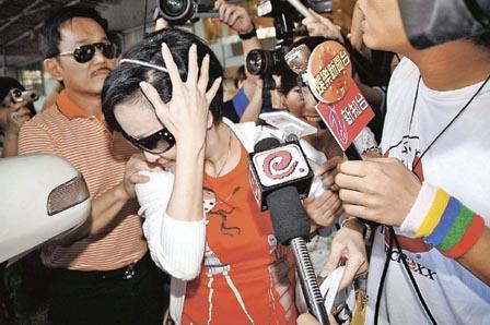 拉姑被电视台麦克风打到头忍不住喊痛
