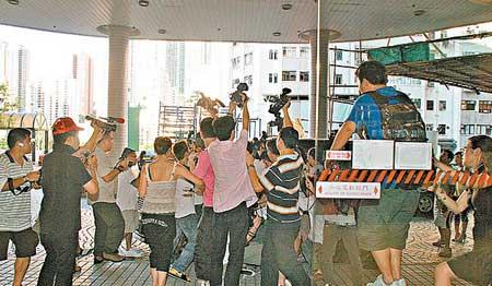 近60名记者涌进香港养和医院报道张柏芝产子新闻